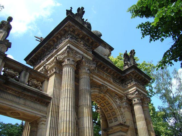hřbitovní brána je dílem profesorů a žáků hořické umělecké školy