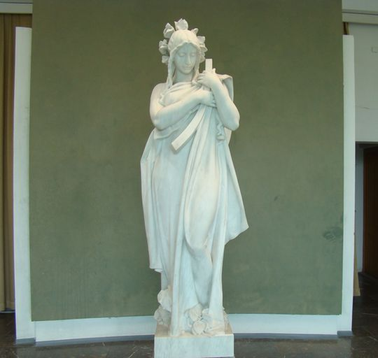v galerii jsou i díla vytvořená žáky hořické školy podle originálů významných sochařů, např. J. V. Myslbeka
