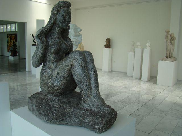galerie sídlila v sochařské škole, v r. 1976 byla otevřena expozice v nové budově na svahu vrchu Gothard