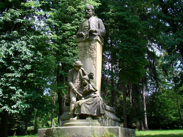 pomník Bedřicha Smetany s Jeníkem a Mařenkou v hořickém kroji, 1910