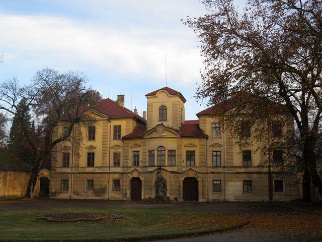 zámek byl přestavěn podle návrhu J. B. Santiniho
