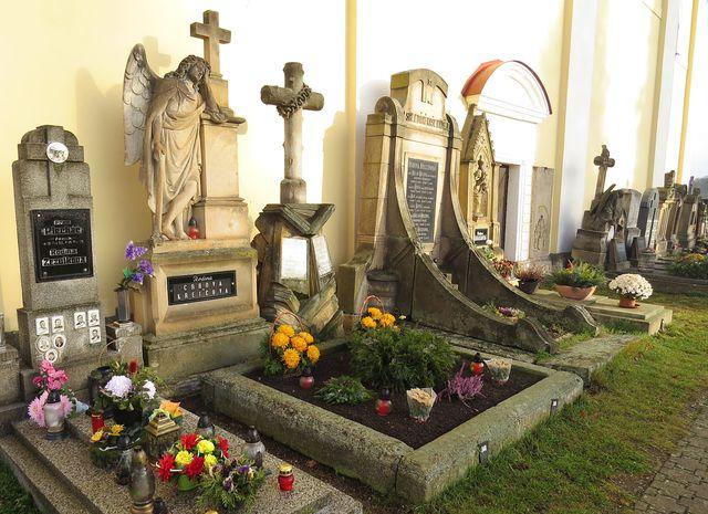 náhrobky na hřbitově kolem kostela
