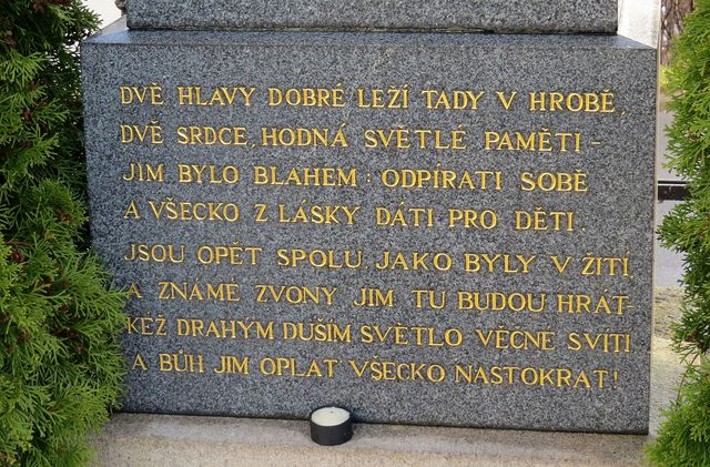 verše na náhrobku Raisových rodičů
