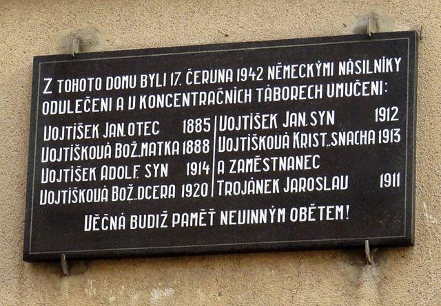 pamětní deska na domě ve Vojtíškově ulici