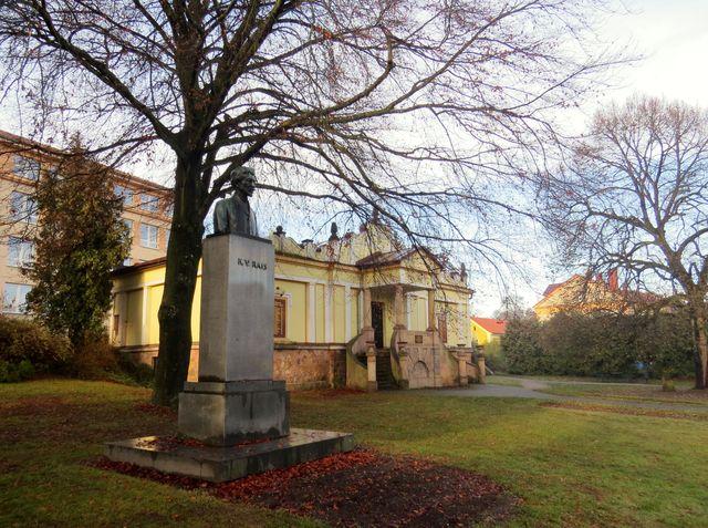 pomník K. V. Raise u Husovy lípy vedle Fričova muzea
