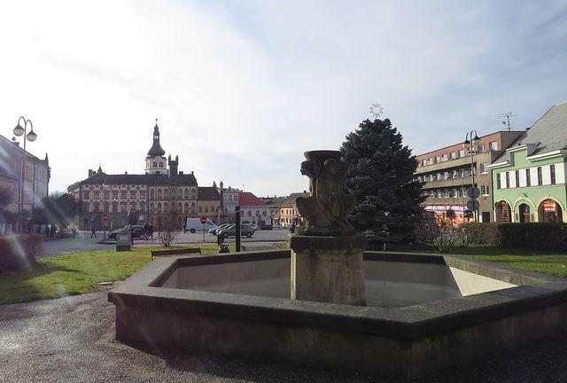 hlavní náměstí v Hořicích s kašnou Čtvero ročních dob, v pozadí radnice