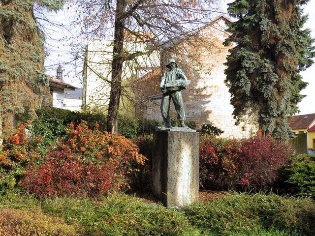 autorem sochy Muž práce je Ladislav Šaloun, 1908