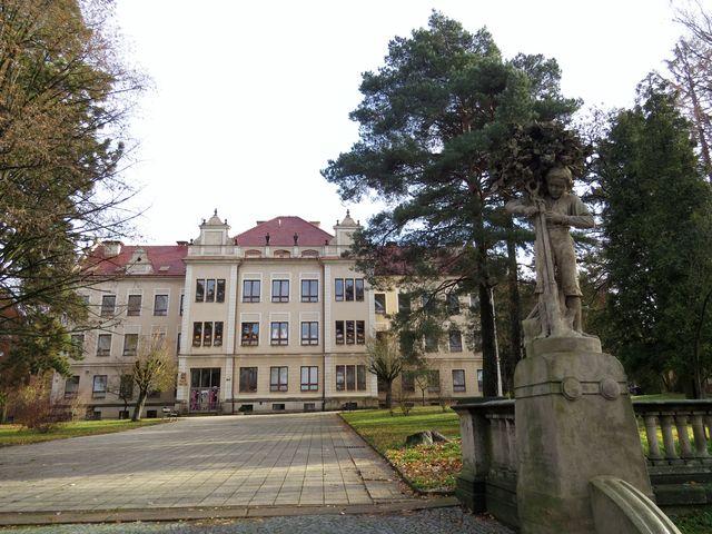 Sochařsko-kamenická škola v Hořicích byla založena v roce 1884