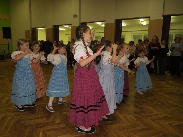 do Ždírce přivezli taneční dorost rodiče, kteří spolu s turisty pozorně sledovali jejich vystoupení; www.svatosi.cz