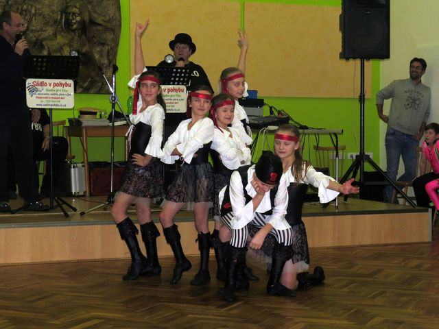 taneční formace děvčat z RnR klubu Elvis; www.svatosi.cz