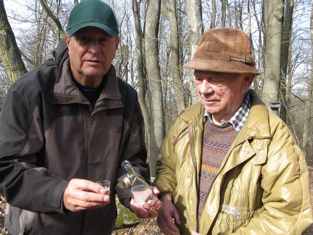dlouholetí kamarádi: vpravo oslavenec Milan, vlevo vedoucí vycházky Václav; foto M. Bradová