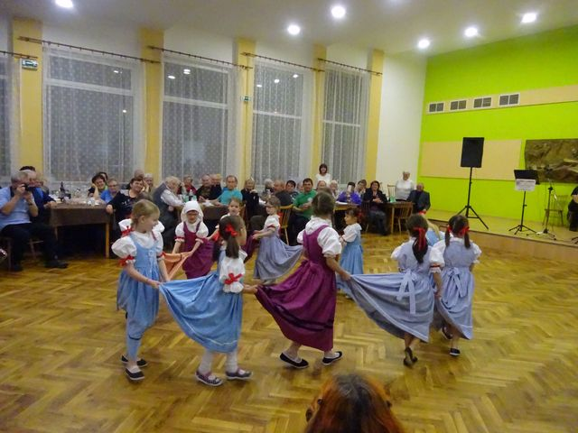 děti vystoupily s pěvecko-tanečním pásmem; foto V. Veselá