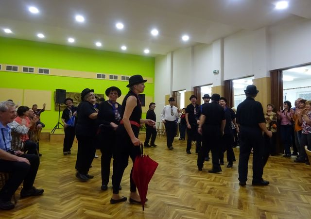 taneční sestava třebíčských turistů; foto V. Veselá