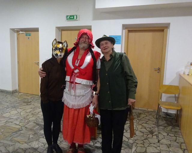 vousatá Karkulka s myslivcem a vlkem; foto V. Veselá