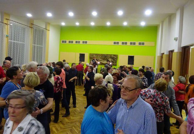 v popředí tanečníků Jitka a Honza Korbelovi, průvodci při pochodu Jihlava - Ždírec; foto V. Veselá