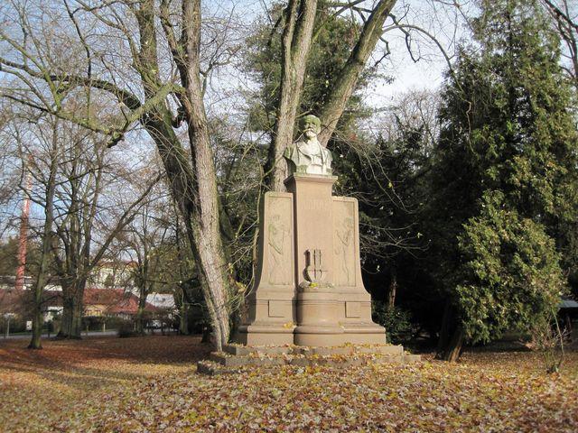 pomník Antonína Dvořáka, 1910, autor Miloslav Vávra, materiál mramor a žula