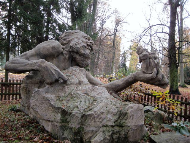 socha Krakonoše je postavena ze 6 kusů, ale spáry nikde neruší dojem celistvosti