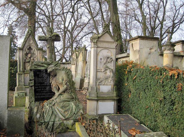 na Starém hřbitově jsou pochovaní významní hořičtí občané
