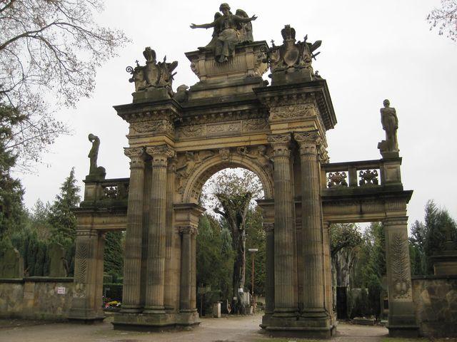 portál Nového hřbitova dostavěn r. 1905