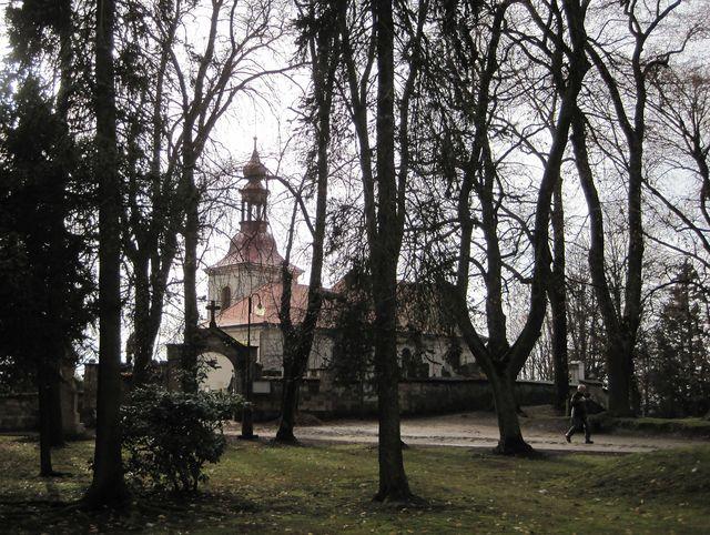 kostelík sv. Gotharda obklopuje Starý hřbitov