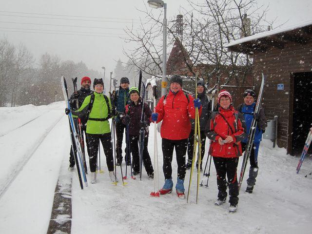 devět běžkařů na startu v Nové Bukové; foto Mirek, www.svatosi.cz