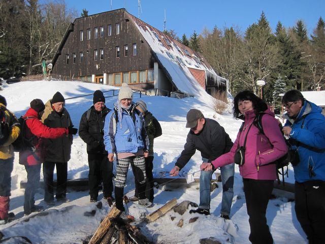 postupně se k novoročnímu ohni dostavilo 105 přátel; www.svatosi.cz