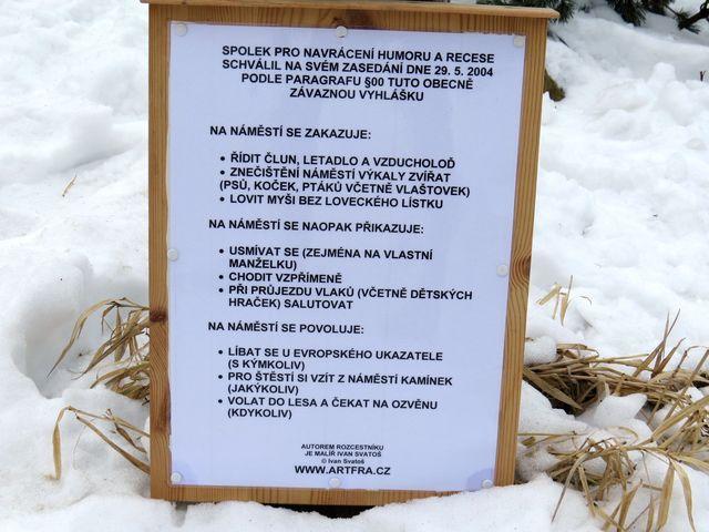 vyhláška na náměstí pod rozcestníkem Ivana Svatoše; www.svatosi.cz