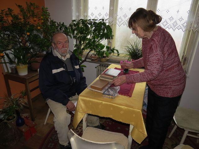 paní Lidmila Dohnalová chystá knihy, které vázal její otec, vlevo Ing. Josef Poukar; www.svatosi.cz