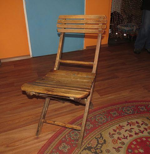 """""""rozvrzaná"""" skládací židle, na níž v knihařské dílně sedával Jakub Deml"""
