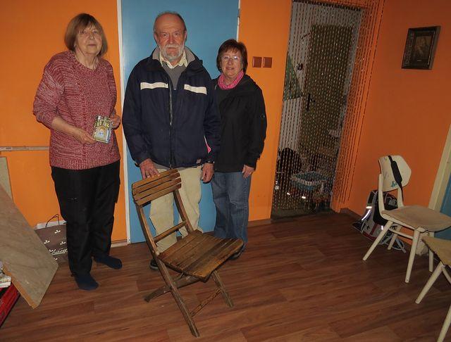 nelze odolat příležitosti - památeční foto s Lidmilou Dohnalovou a Josefem Poukarem u demlovské židle z dílny mistra Vodičky