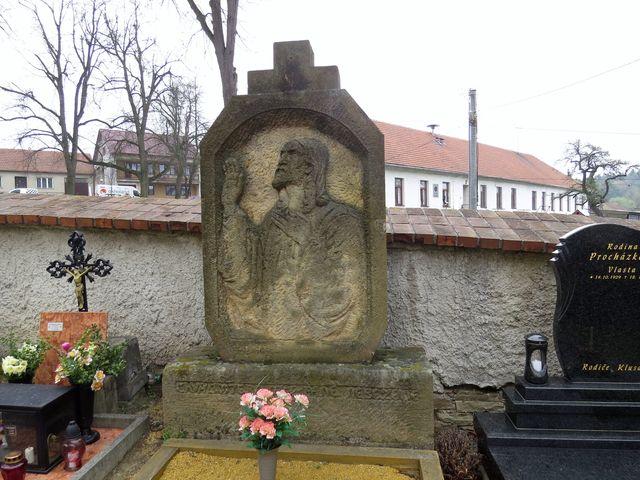reliéf Krista na hrobě Matylky Demlové, sestry básníka Demla, vzadu bývalá škola
