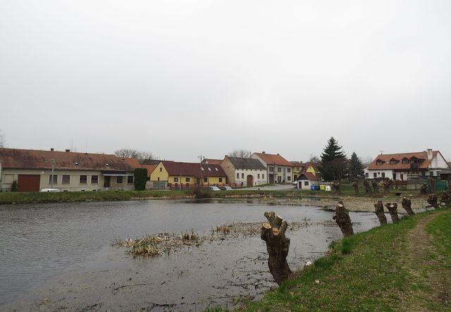 návesní rybník - naproti ve žlutém domě bydlel Josef Pěnčík, úplně vpravo, s mansardami, je zadní trakt Kryštofova hostince