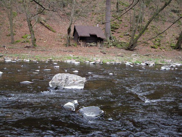 řeka Oslava, chatka na druhém břehu