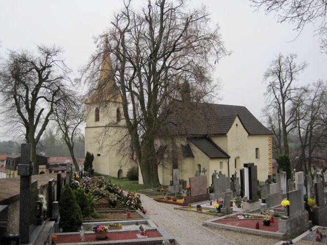 jinošovský kostel sv. Petra a Pavla a průchozí věž