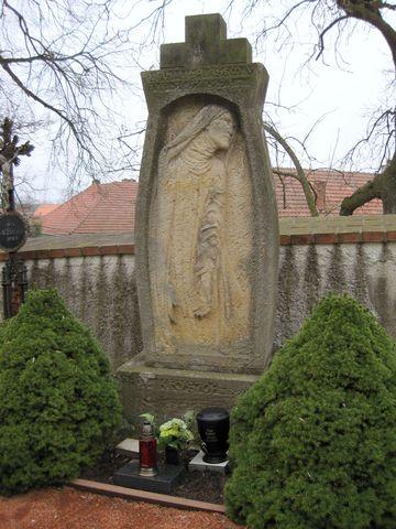 náhrobní kámen s reliéfem Panny Marie - autor František Bílek