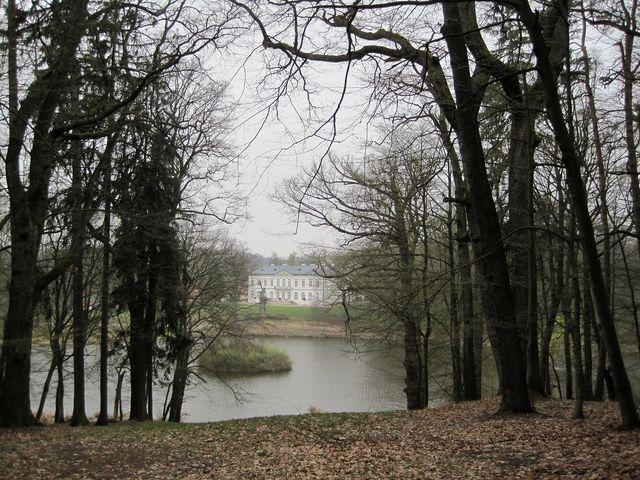 průhled z lesní pěšiny na zámek Jinošov