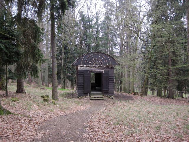 po válce postavili skauti v lesoparku boudu z kůry