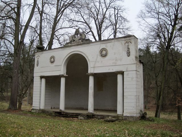 Apollónův chrám poblíž zámku