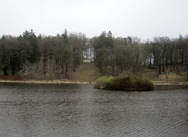 Dianin altán na výšině nad rybníkem
