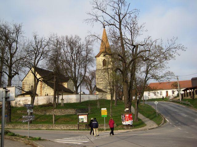 kostel v Jinošově, vpravo vzadu bývalá škola