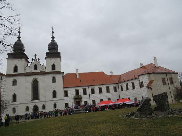 turisté z Vysočiny se scházejí u třebíčského zámku - prší, ale nádvoří se valem plní účastníky; www.svatosi.cz