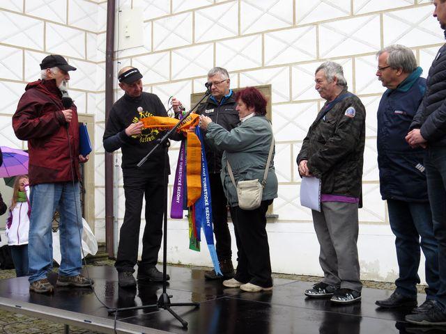 zahajovací ceremoniál - předseda KČT Třebíč zajistil stuhu pro navázání na klíč, který je symbolem otevírání turistické sezony