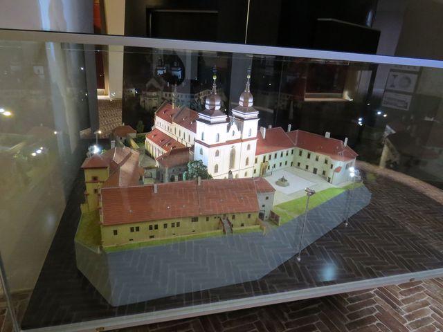 na modelu je dobře vidět rozsáhlý areál zámku a baziliky