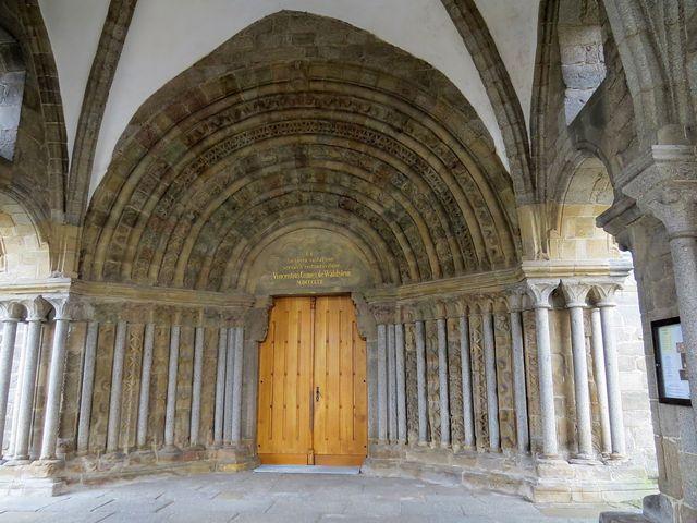 vstupní portál baziliky pochází z počátku 13. století