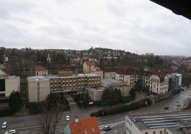 na obzoru Strážná hora s vodojemem Kostelíček a kaplí sv. Jana Nepomuckého, vlevo od středu pravoslavný kostel sv. Václava a Ludmily na náměstí sv. Gorazda