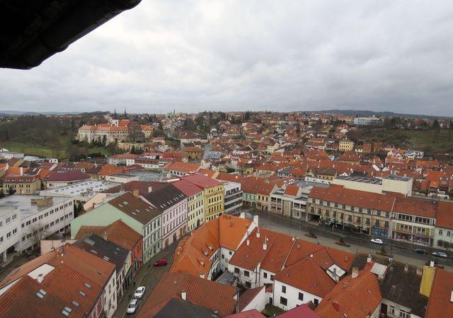 druhá část Karlova náměstí, jednoho z největších v ČR (360 m délky), vzadu zámek nad říční nivou