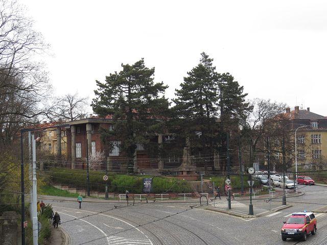 Bílkova vila z můstku Václava Havla