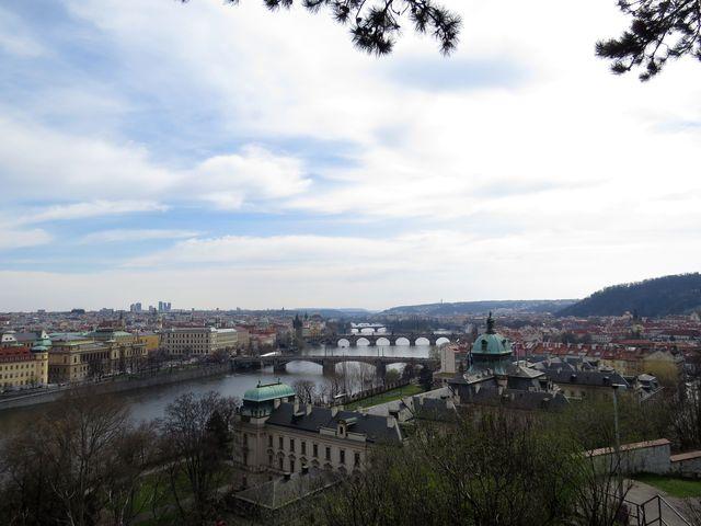 výhled na Strakovu akademii a vltavské mosty od Hanavského pavilonu