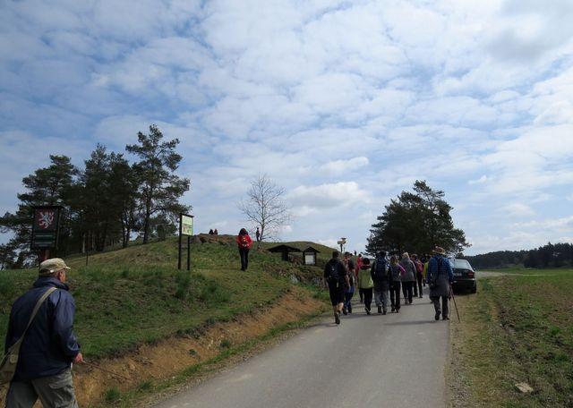 účastníci míří k přírodní památce Kobylinec u Trnavy