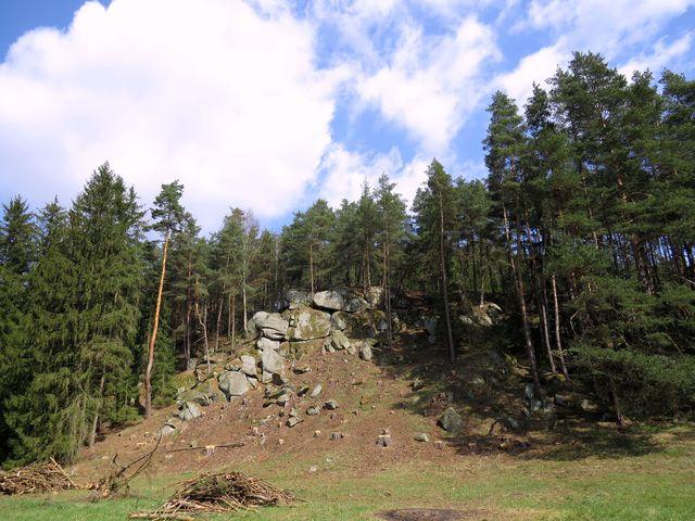 v lesích nad potokem se těžilo dřevo - teď vynikla krásná seskupení skalek